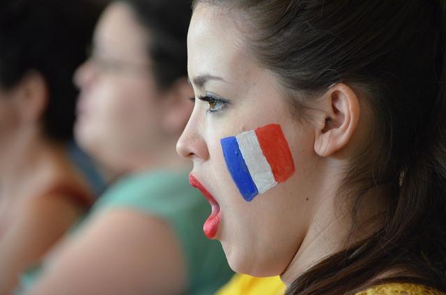 chica francesa cantando